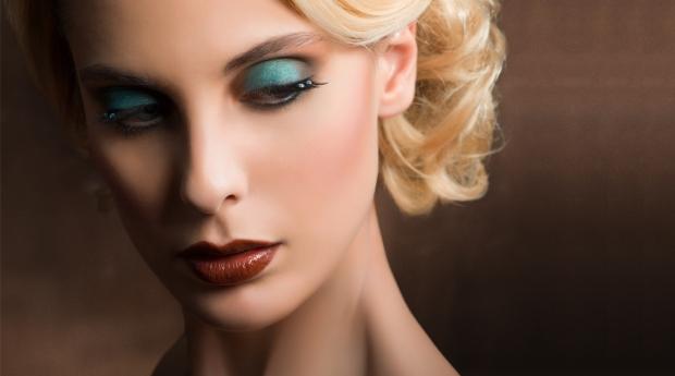 Con un tono claro, beige o champagne, sombrear la parte superior del párpado pegado al nacimiento de las pestañas para iluminar.